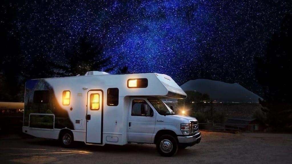 camper met licht en sterrenhemel
