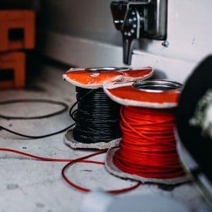 rode en zwarte kabels op spoel in camper